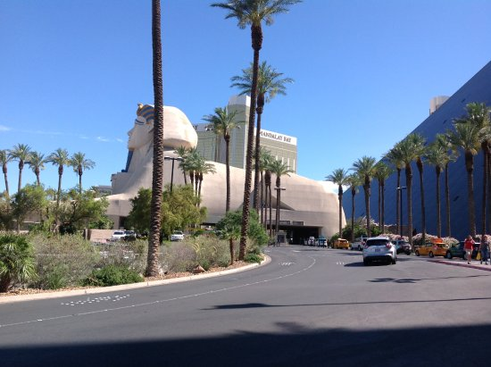 side elevation of hotel it is pyramid and sphinx statue picture of luxor hotel casino las vegas tripadvisor hotel it is pyramid and sphinx statue