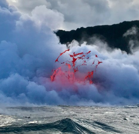 Pahoa, Hawái: This is one of several pictures I took while the lava was spewing for 4 minutes. INCREDIBLE!