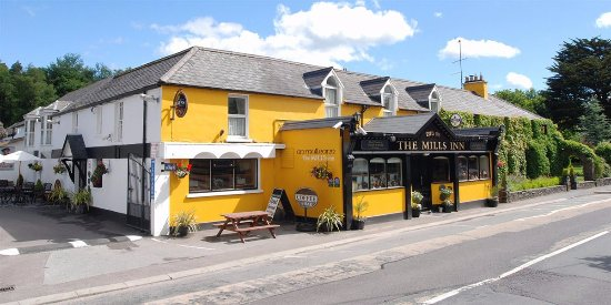 Ballyvourney, Irlande : Street view of The Mills Inn Pub