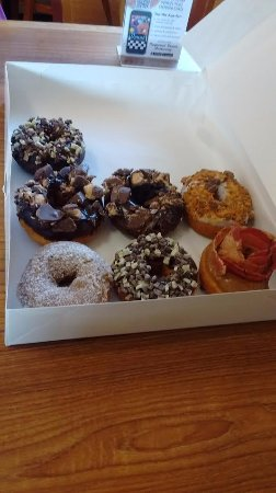 Liverpool, Нью-Йорк: Ande's, Reese's, Bacon, butterfinger, and french toast donuts