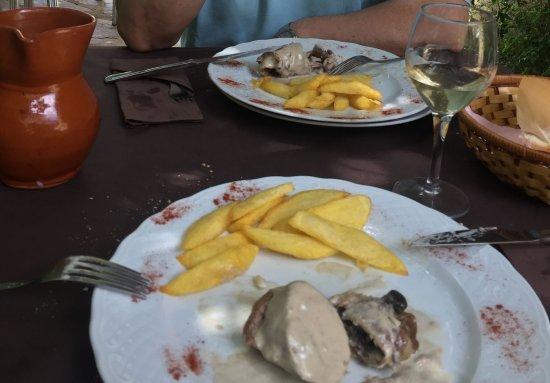Casa Rural Corvina: Comida en el jardín, un vino de pitarra de la zona excelente secreto relleno de boletus.