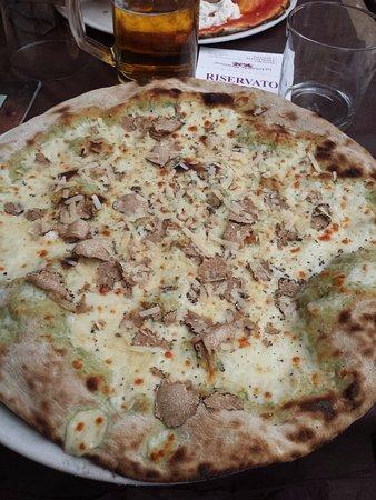 La Locanda Abruzzese : pizza del ducato con impasto all'ortica