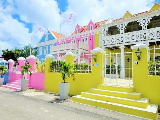 Scuba Lodge & Suites: A colorful welcome at Scuba Lodge & Ocean Suites.