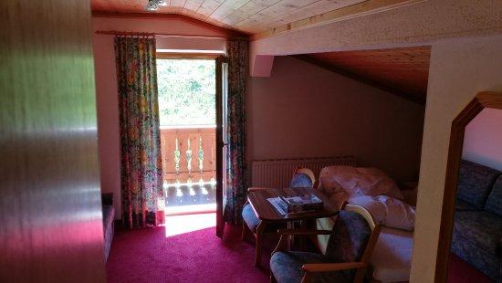 Pension Edelweiss: Schlafzimmer mit Doppel Bett und Ausgang zum Balkon