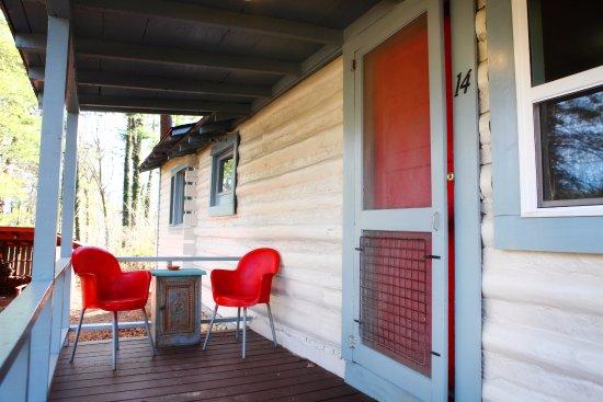 ذا باينز كوتيدجيز: Cabin 14 front porch
