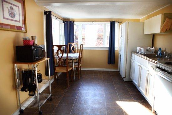 ذا باينز كوتيدجيز: Cabin 14 kitchen & dining area