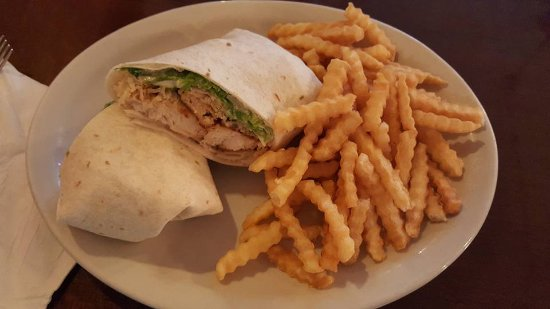 Kewanee, Ιλινόις: Caesar Chicken Wrap (Yummy) and fries