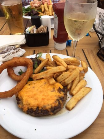 Highlands, نيو جيرسي: Burger and a basket of onion rings