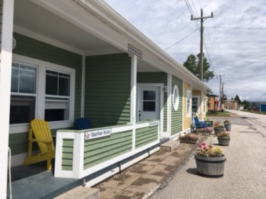 Woody Point, Canada: the deli is located next to these 2 rooms.