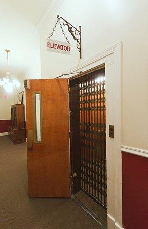 ذا بيلتمور غرينزبورو هوتل: Greensboro's first electric elevator 