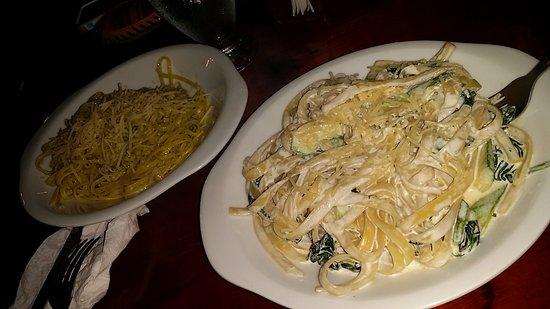 Casa Italia: Fettuccine with cream and spinach and spaghetti alio e olio.