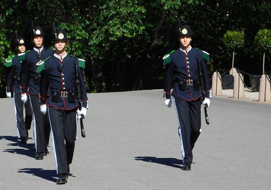 Vaktskifte: Replacement guards on the march