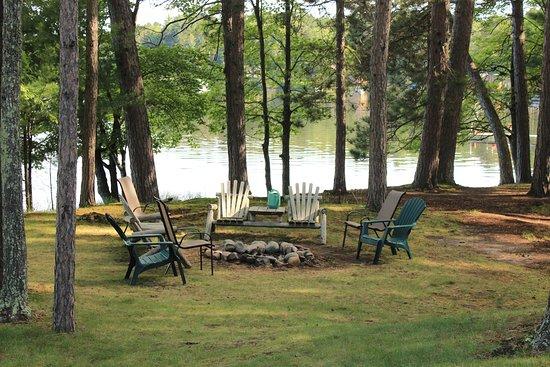 Cedaroma Lodge: Firepit for Cabin #10