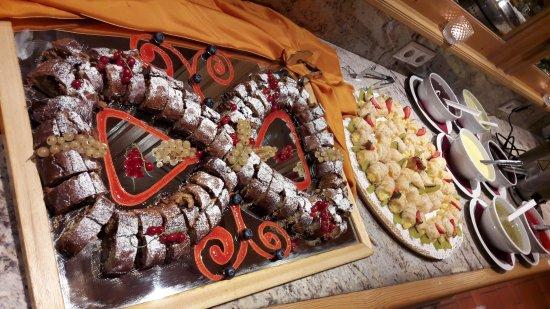 Gais, Włochy: Buffet dei dolci del sabato sera...