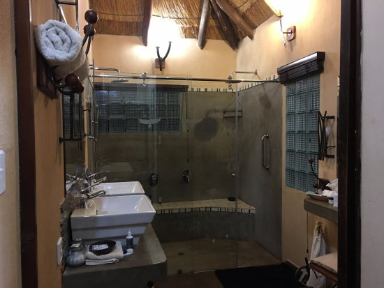 Gorges and Little Gorges Lodge: Large bathroom and shower