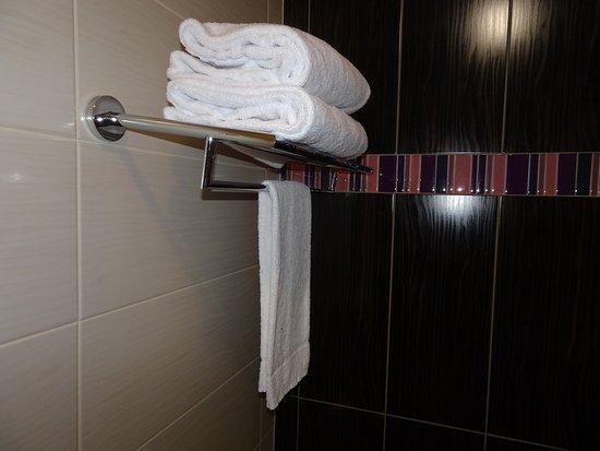 Blanchardstown, Irland: Towel storage above bath