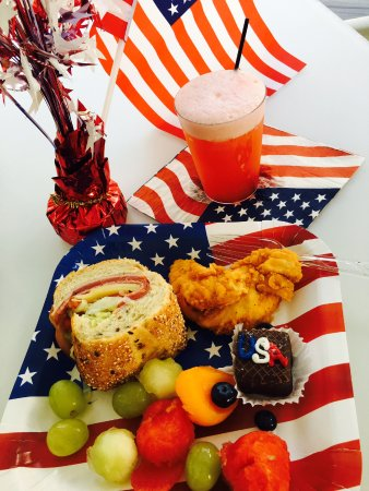 Alexander's Gay and Lesbian Guesthouse: 4th of July hapy hour party treats!