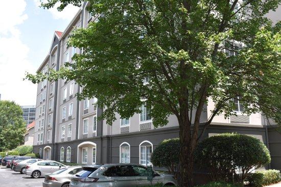 La Quinta Inn & Suites Atlanta Perimeter Medical: Outside Parking