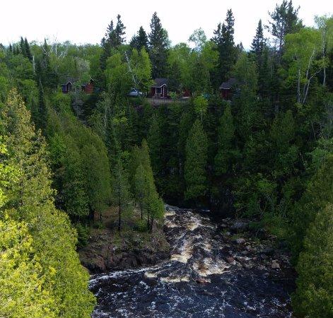 Lamb's Resort: Three riverside cabins overlooking the Falls.