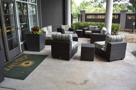 La Quinta Inn & Suites Atlanta Perimeter Medical: Outside sitting near the pool area