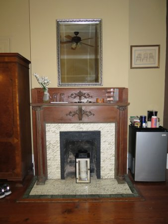 Artist House: Original fireplace in Anne's Suite