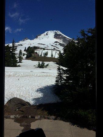 Timberline Lodge, OR: Vista del Mount Hood desde la mesa. Ram's Head Bar.
