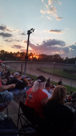 Fountain City, WI: Sun going down over turn 4. Beautiful setting! (sunglasses a must)