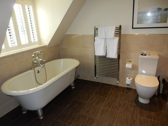 Lower Slaughter, UK: View of the very large bathroom