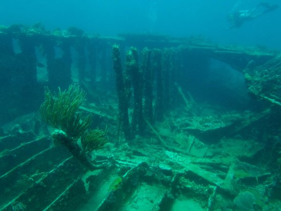 Bolongo Bay, St. Thomas: shipwreck
