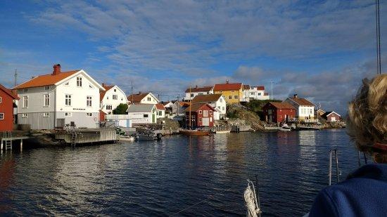 Gullholmens Gästhamn: Gullholmen seen from the east sailing north