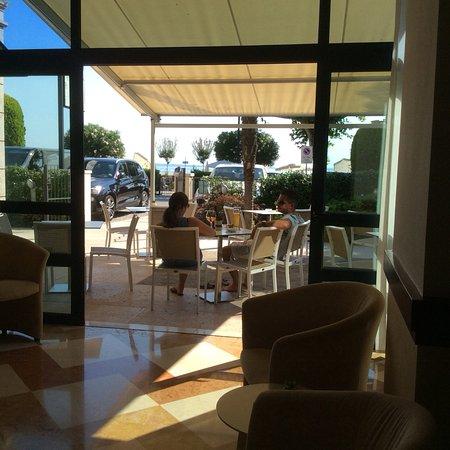 Hotel Villa Letizia: Patio area to have a coffee