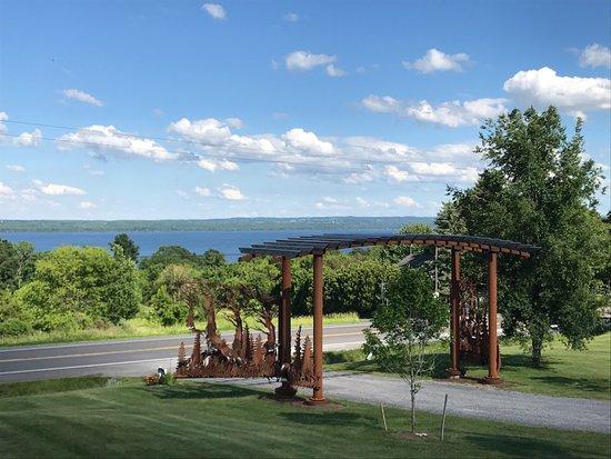Penn Yan, Estado de Nueva York: Our view on the deck through the gates onto the Lake Seneca