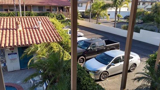 Best Western Plus Pepper Tree Inn: desde el pasillo exterior se ven los autos estacionados