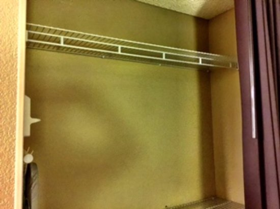 Extended Stay America - Sacramento - South Natomas: Great closet but no hangers?!