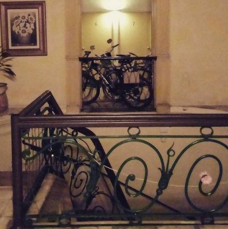 Hostal Zocalo: Recibidor con vista al balcón de las habitaciones.