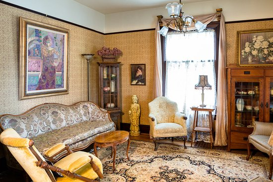 A Painted Lady Inn : Formal Parlor