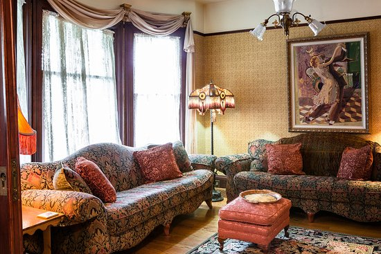 A Painted Lady Inn: Family room