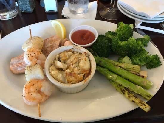 Portsmouth, VA: Got the broiled seafood platter with asparagus and broccoli and boy, was it tasty!