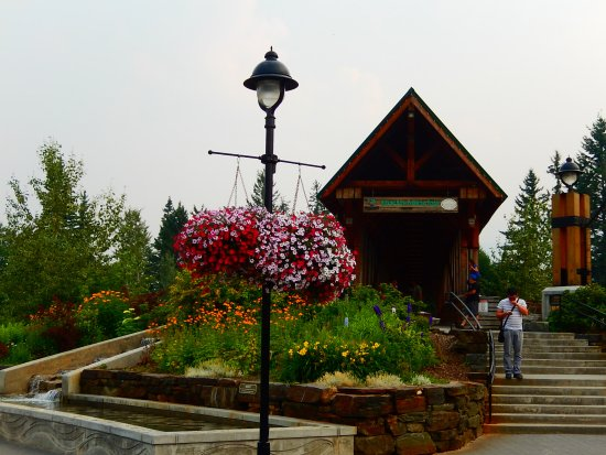 Golden, Kanada: bridge entrance from the plaza
