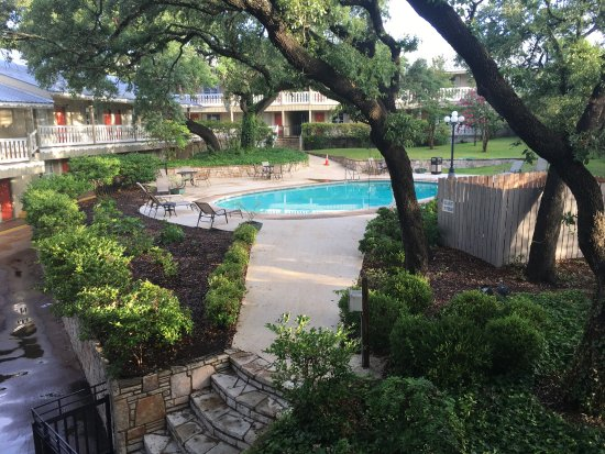 Best Western Sunday House Inn: Hotel room and view of the courtyard.