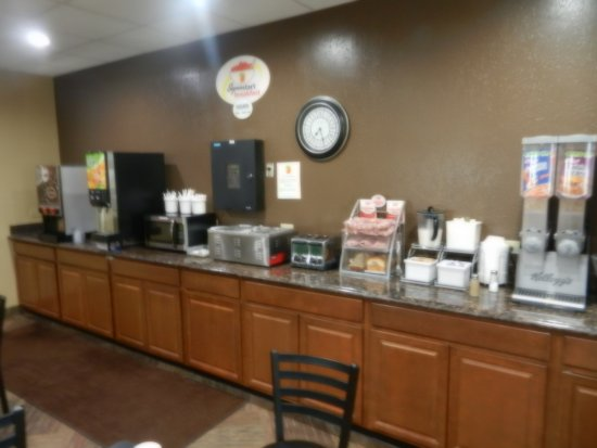 เจมส์ทาวน์, นอร์ทดาโคตา: Breakfast buffet, waffle machine is on opposite wall