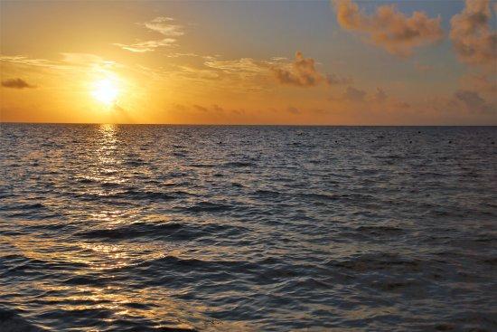 Hotel Arrecifes Suites: Beautiful sunrise from the beach
