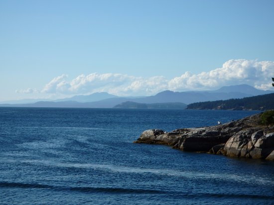 Halfmoon Bay, Canada : Further coastline view and mountain background