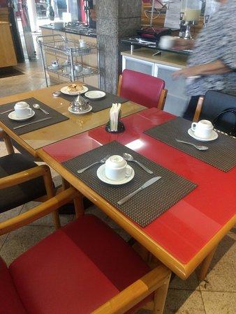 Da Vinci Hotel & Conventions: Mesa de Café da Manhã. Difícil achar assim. Quem chega às 8h já não encontra talheres limpos.