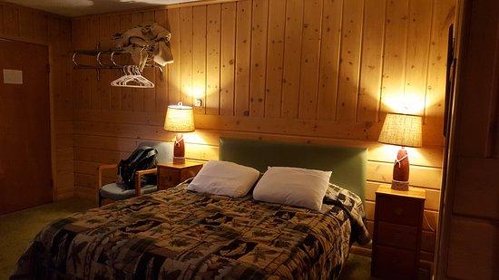 Sleepy Hollow Lodge: detalhe do cobertor amontoado na prateleira