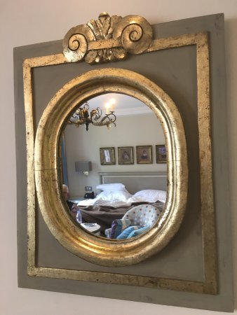 Villa Lara Hotel: Beautiful decor in the rooms and would love to know where they got this beautiful mirror!