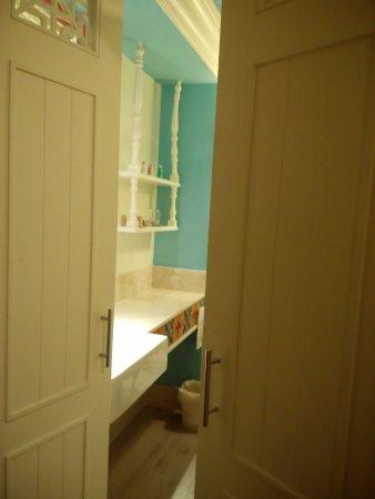 Salil Hotel Sukhumvit - Soi Thonglor 1: 浴室的木製門板,很有特色