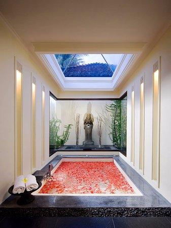 Villa Ylang Ylang: The Ylang Ylang - Western master bathroom