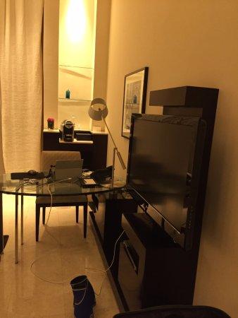 Park Hyatt Jeddah - Marina, Club & Spa : TV and desk / work area.