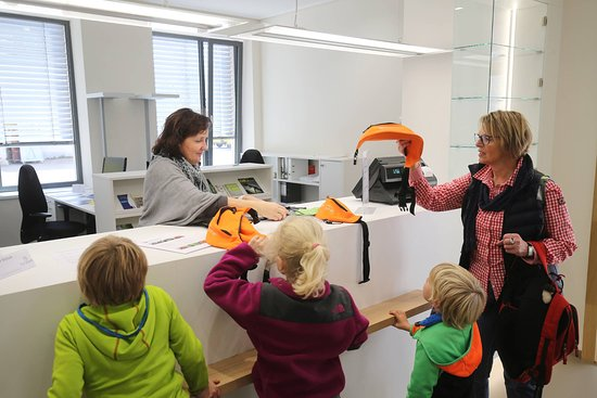 Bad Urach, Allemagne: Die Kinder werden für die Entdeckertour mit Entdeckergürtel ausgerüstet.